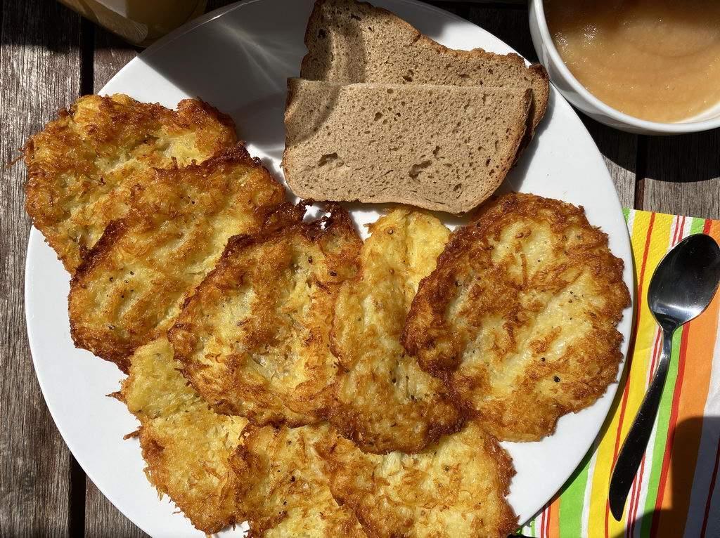 Kartoffelpuffer - serviert mit Apfelmus