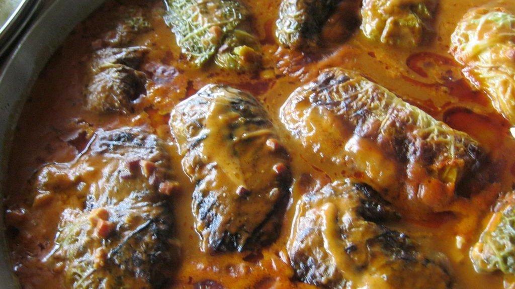 Kohlrouladen mit Tomatensauce