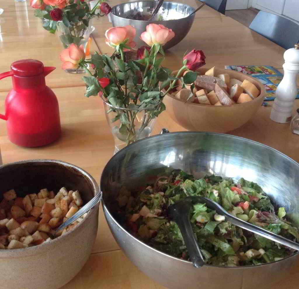 Kochgruppe mit Salatvariationen Rucola-Parmesan-Creme Kuchen Eis