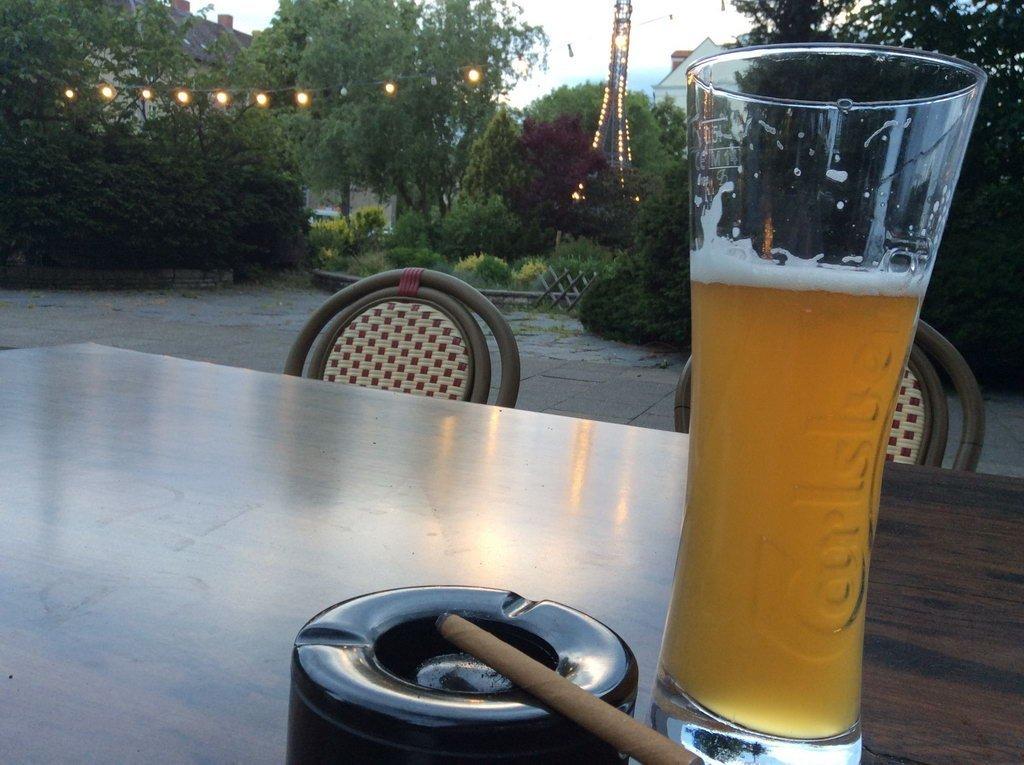 Treffen und Unterhaltungen am Abend beim Bierchen