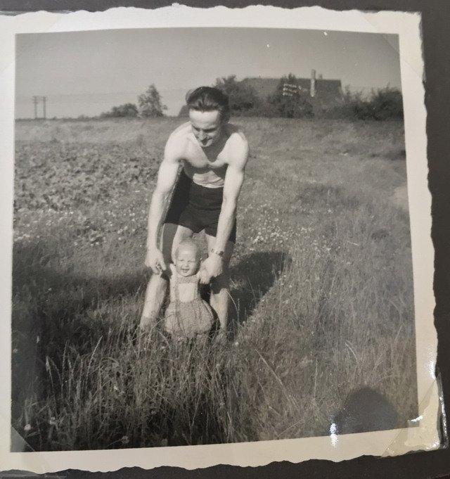 mein Papa und ich vor dem Kartoffelacker