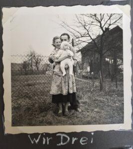 vor Großeltern-Haus, meine Eltern und ich