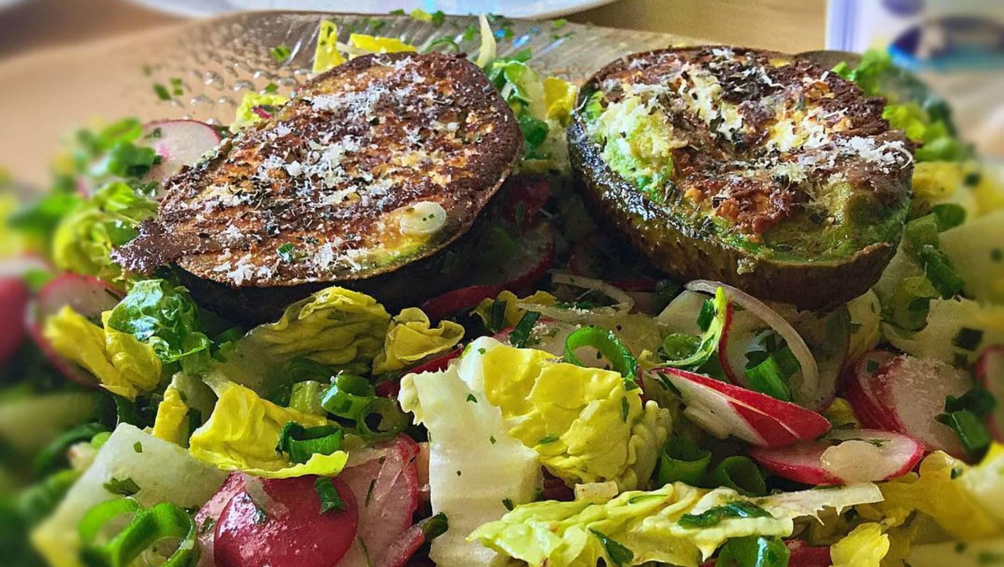 gegrillte Avocado mit Salat