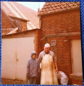 Schlachtetag - mein Onkel vor dem Haus