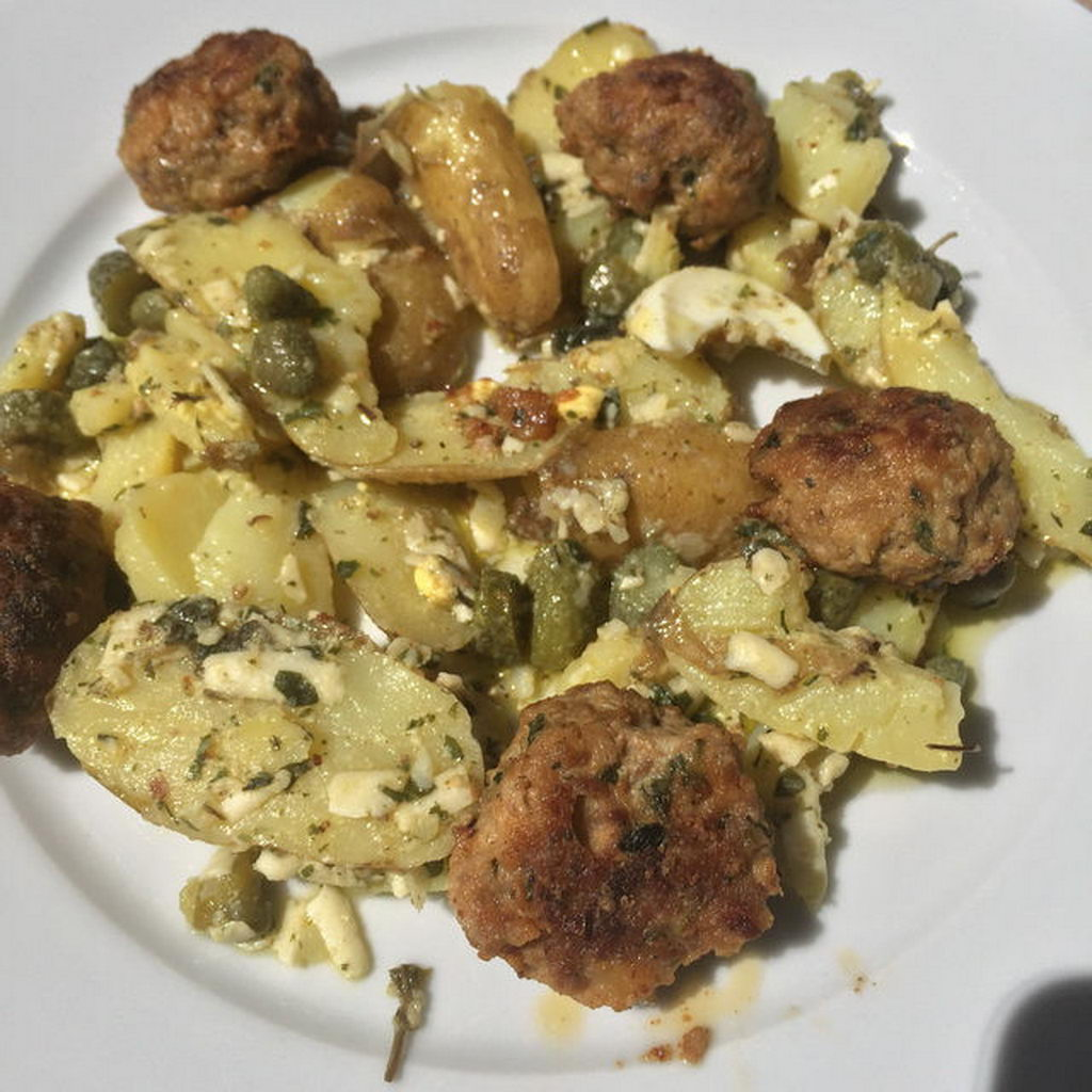 Mediterraner Kartoffelsalat mit Mettbällchen