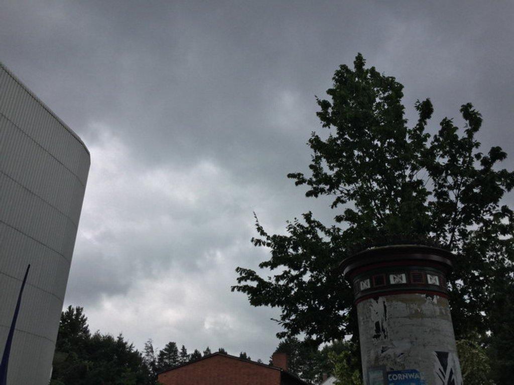 Schwimmaufsicht mit bedecktem Himmel