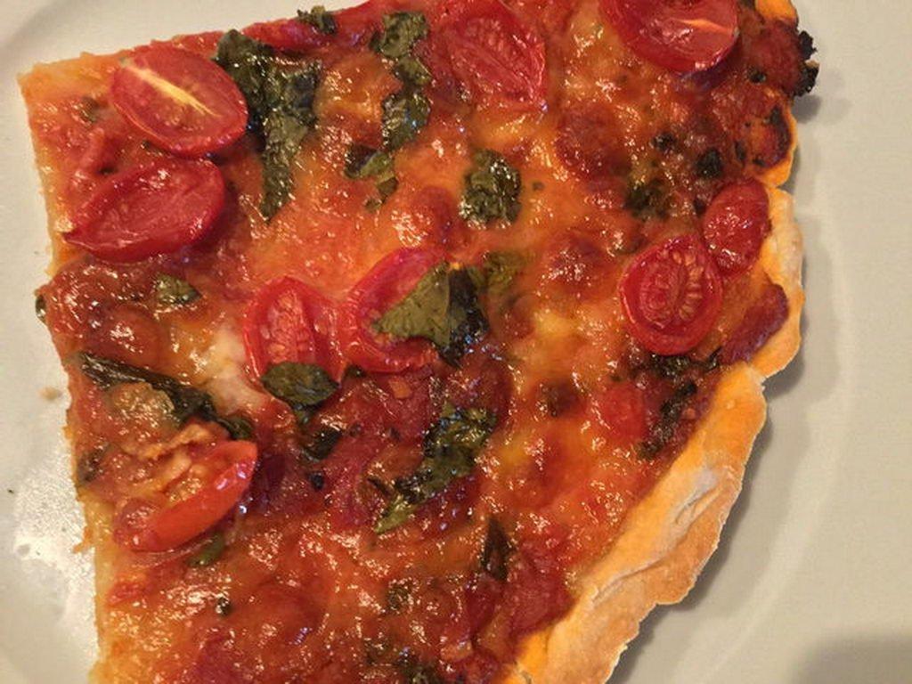 Pizza, klassisch italienisch, mit frischen Tomaten und Mozarella