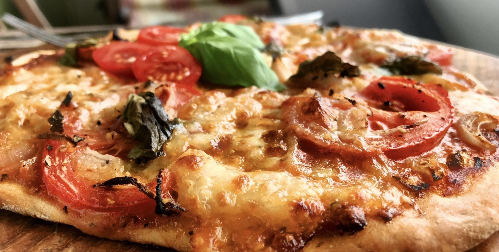 Pizza mit frischen Tomaten und Mozzarella