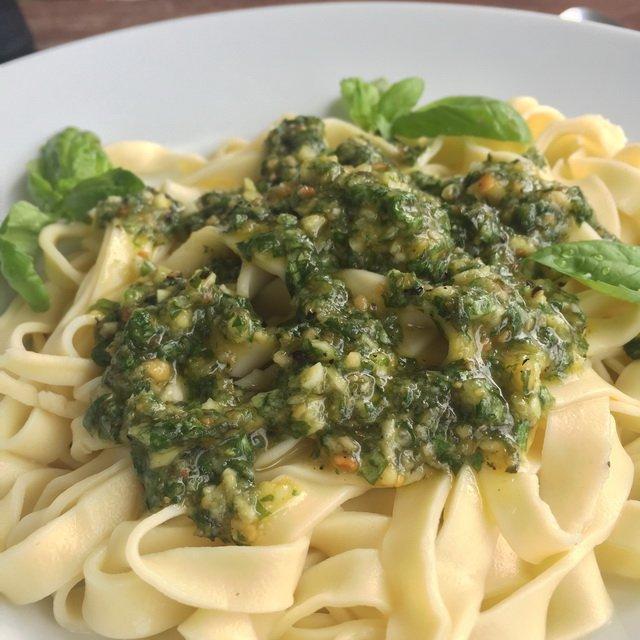 Pesto mit selbstgemachten Nudeln