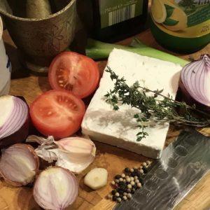 In einer lokalen Lehrter FB-Gruppe ein einfaches und sehr leckeres Rezept gefunden: gebackener Feta mit roten Zwiebeln