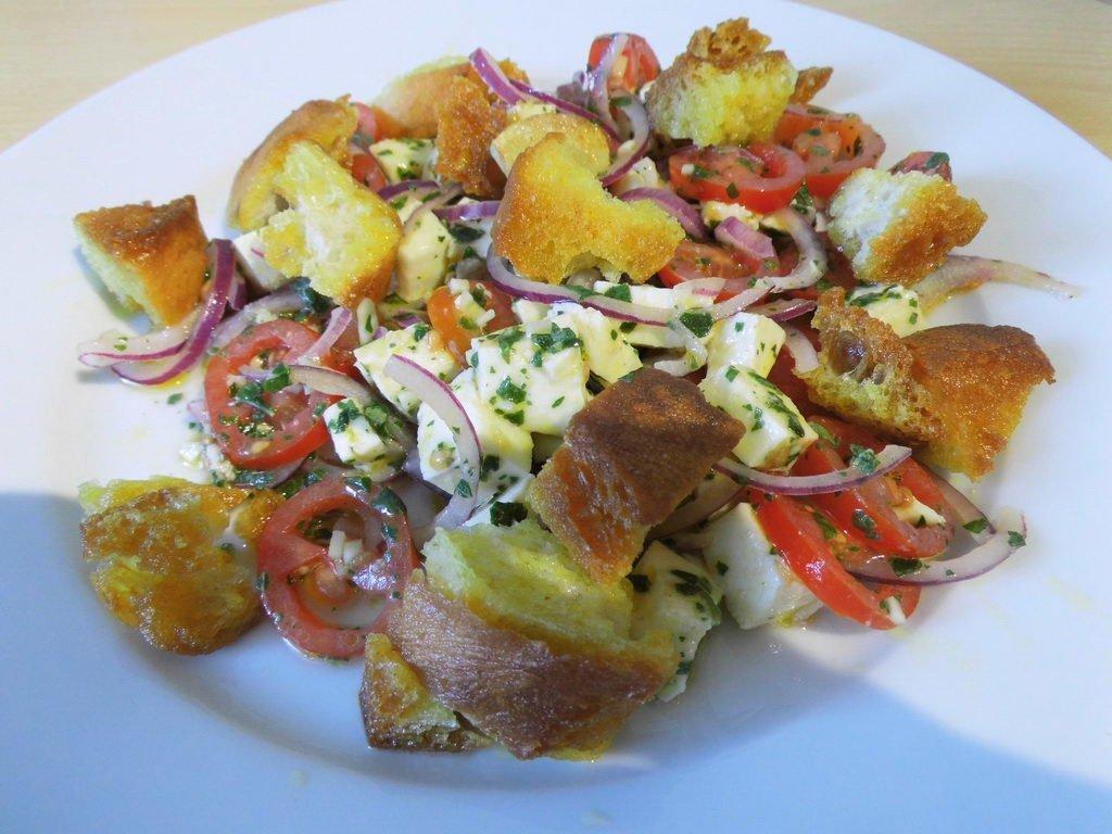 Mozzarella-Tomaten-Salat mit roten Zwiebeln