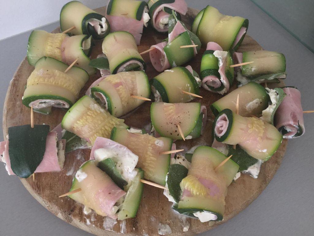 Kochgruppe mit Sommerhitze - Zucchiniröllchen