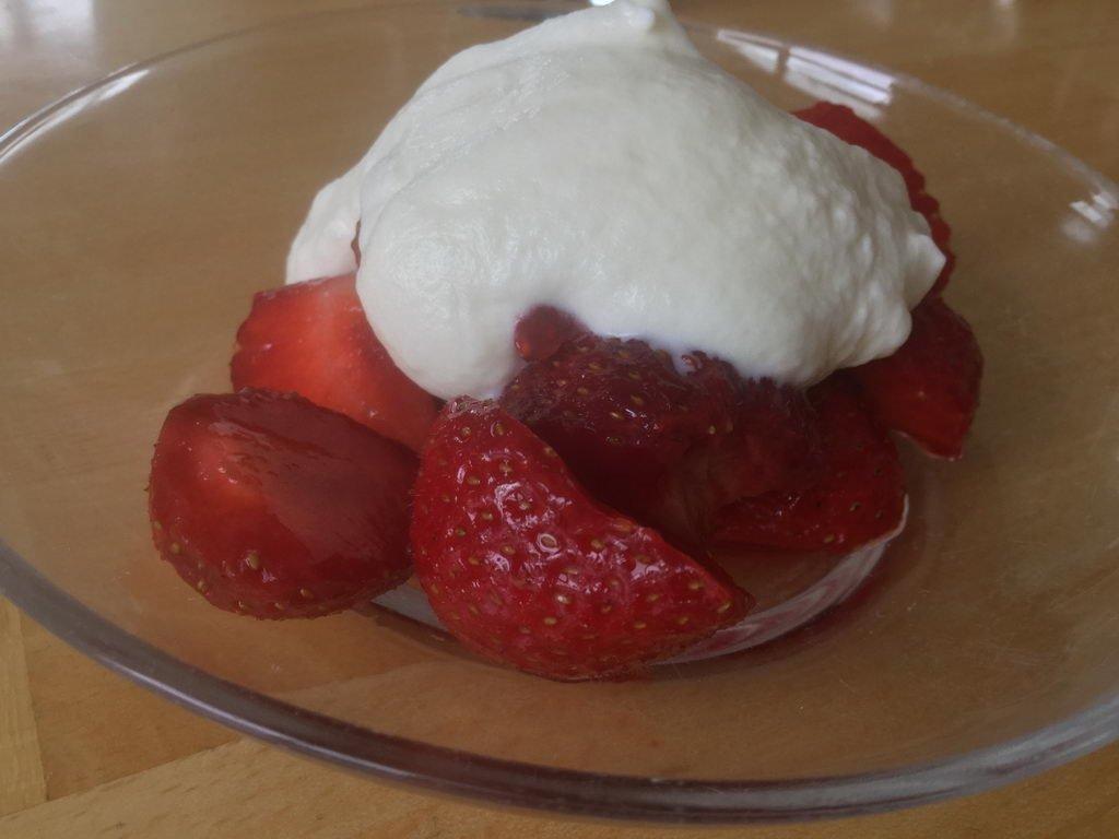Nachtisch Erdbeeren mit Sahne - Kochgruppe mit langwieriger Entscheidungsfindung