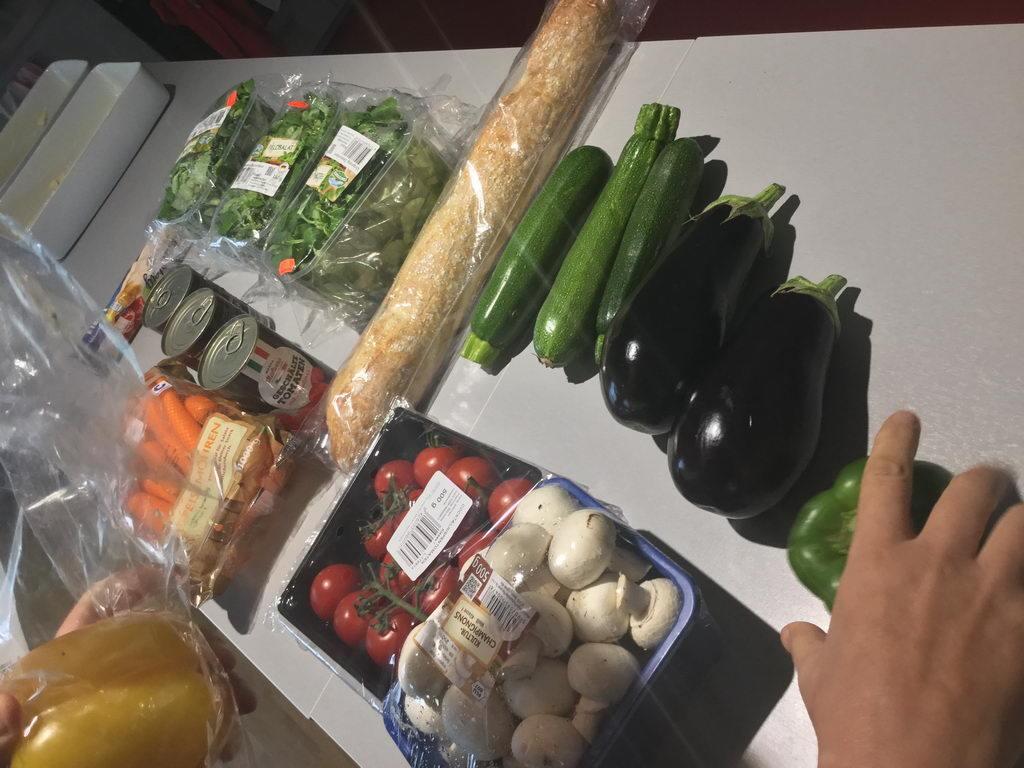 Vorbereitungen - Kochgruppe mit Ratatouille und Feldsalat bei subtropischen Wetter