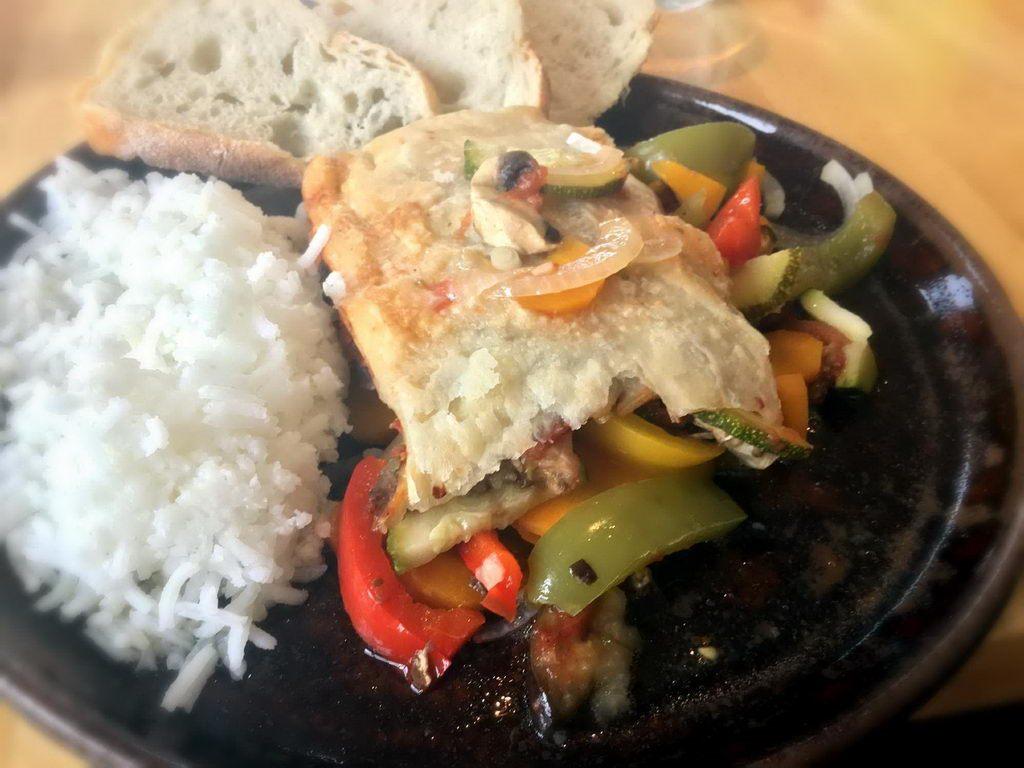 Kochgruppe mit Ratatouille und Feldsalat bei subtropischen Wetter