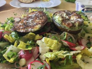 Salat mit gegrillter Avocado genossen