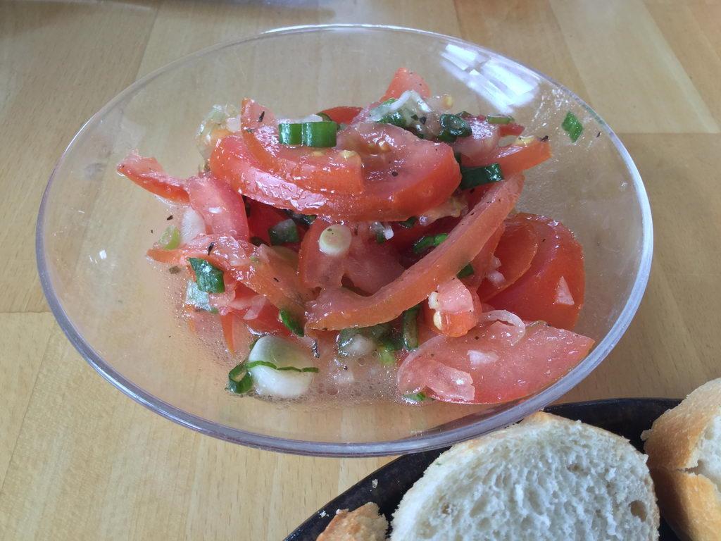 Tomatensalat - Kochgruppe bei tollem Sommerwetter mit angrillen