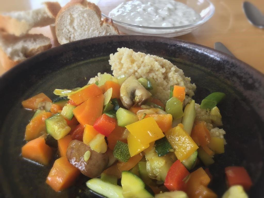 Kochgruppe mit Gemüsepfanne, Hirse, Zaziki und Zugausfällen