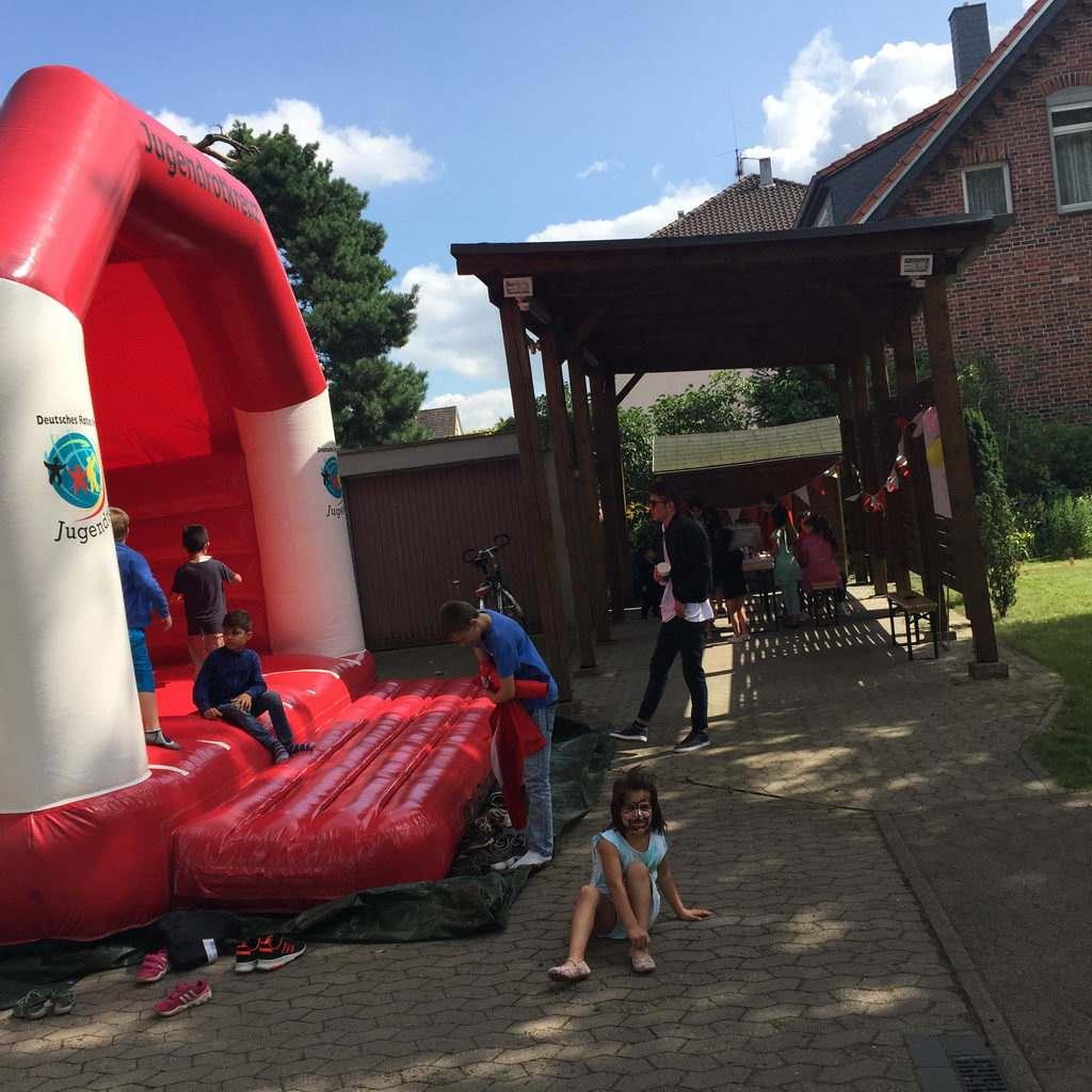 Hüpfburg für Kinder beim Sommerfest von Lehrte hilft