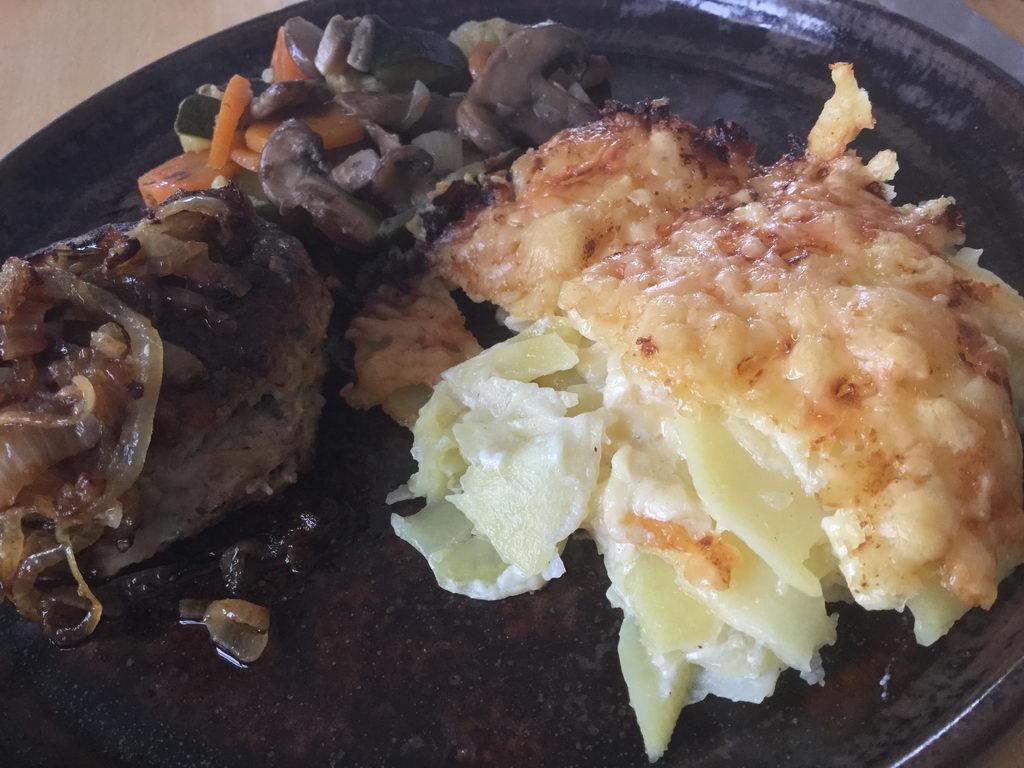 Kartoffelgratin Bouletten Gemüse