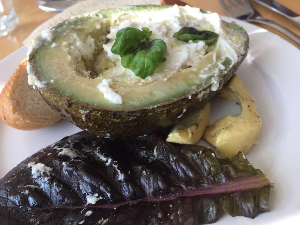gegrillte Avocado gefüllt mit Ziegenfrischkäse