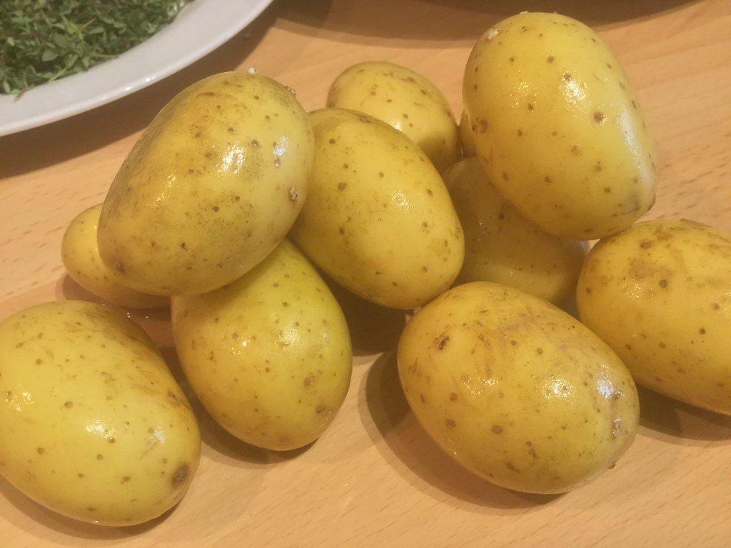 Kräuterbraten an Frühlingszwiebelbett Kartoffeln