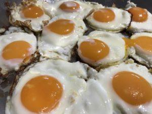 Kochgruppe mit Rucolasalat Labskaus Schokopudding - Spiegeleier
