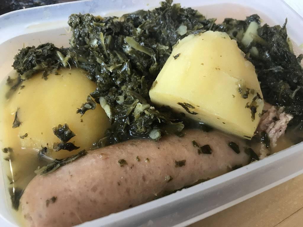 Gruenkohl mit Bregenwurst in Tupperle