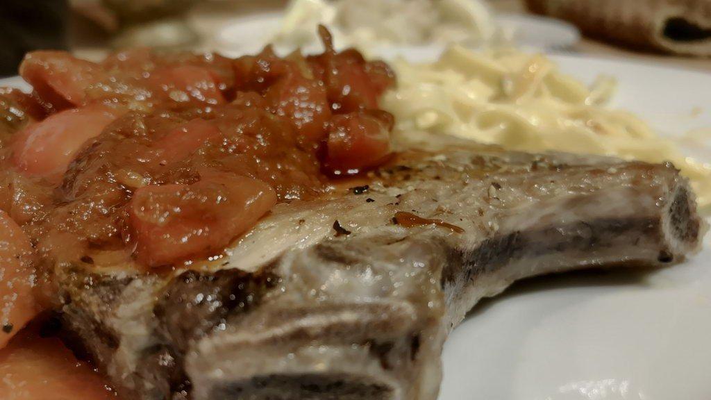 Schnitzel-Kotelett Balkan Art angerichtet