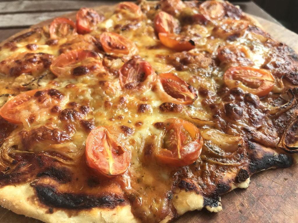 Pizza mit frischen Tomaten und Mozarella