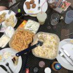 Abends bei Freundin - voller Tisch mit Leckereien