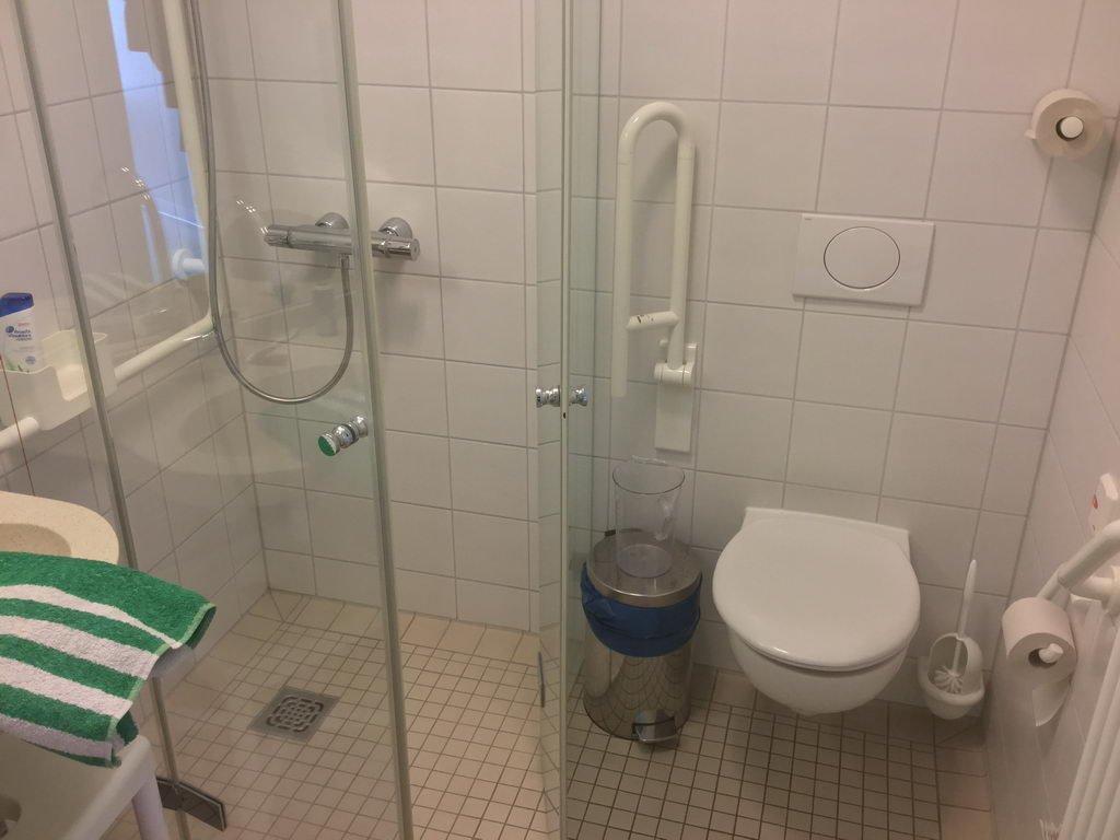 Zimmer - Bad und Dusche - klein aber modern