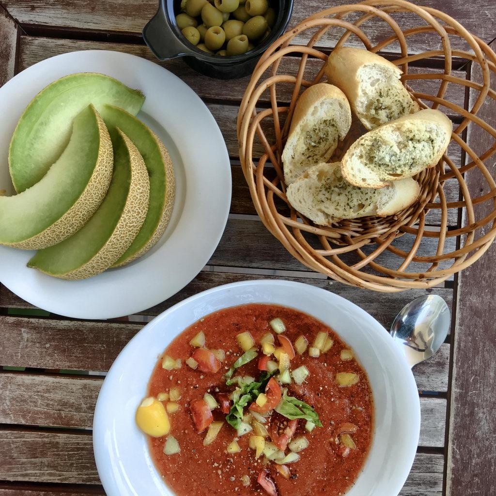 Gazpacho Kräuterbutter-Baguette Melone Oliven