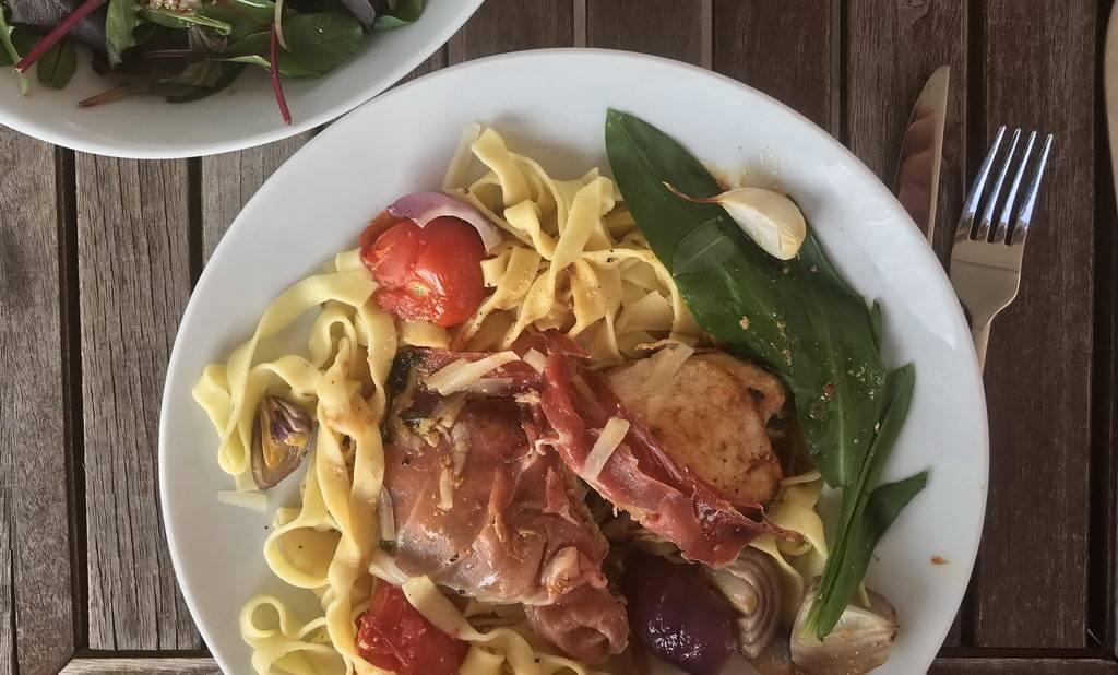 Poularde mit Bärlauch-Ricotta-Tomate und Tagliatelle