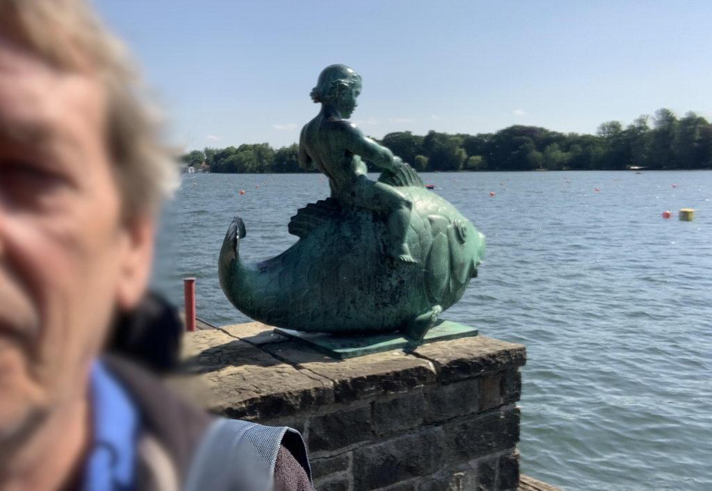 Selfi vor Skulptur am Maschsee