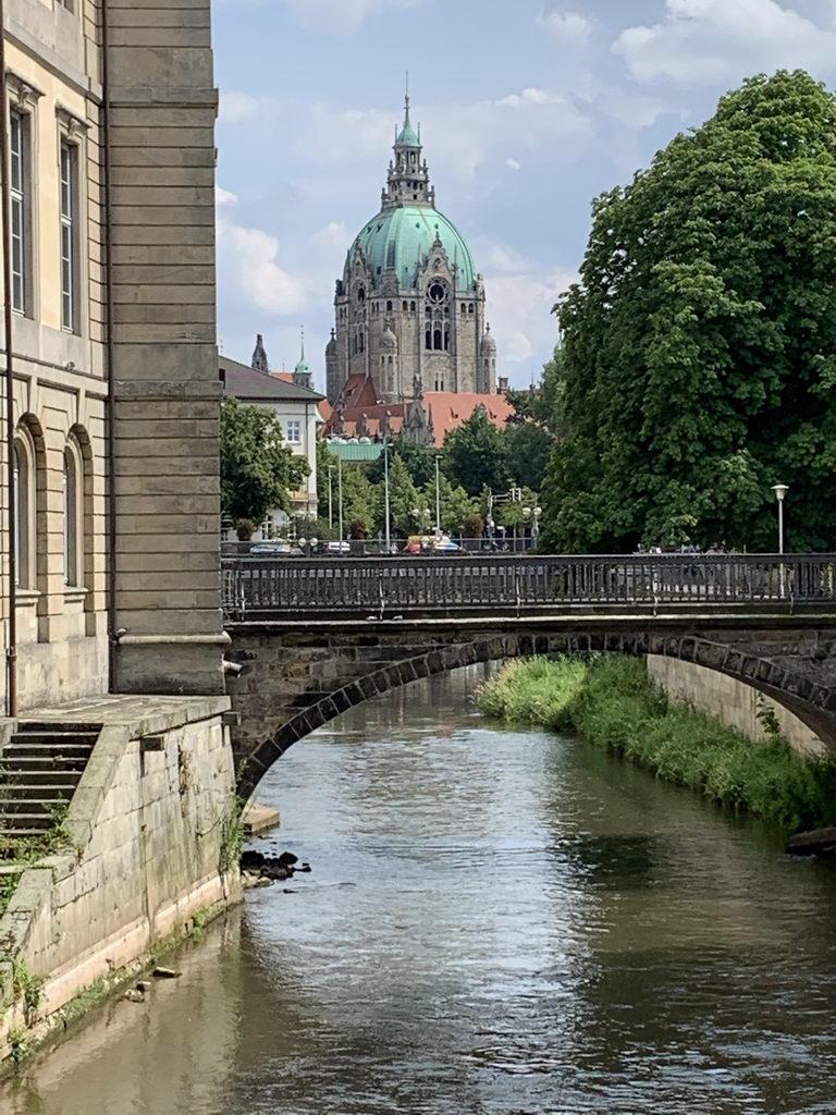 Altstadt Hannover - Leine, Blick auf Neues Rathaus und Landtag (links)