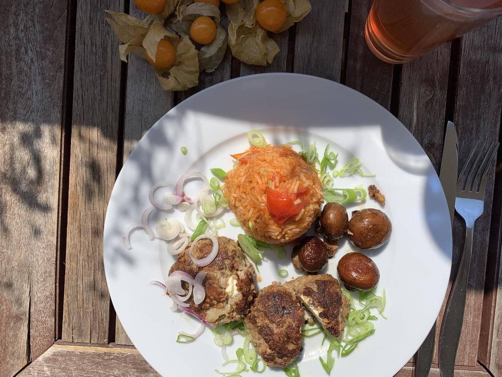 Bouletten mit Schafkäse, Tomatenreis und Champignons