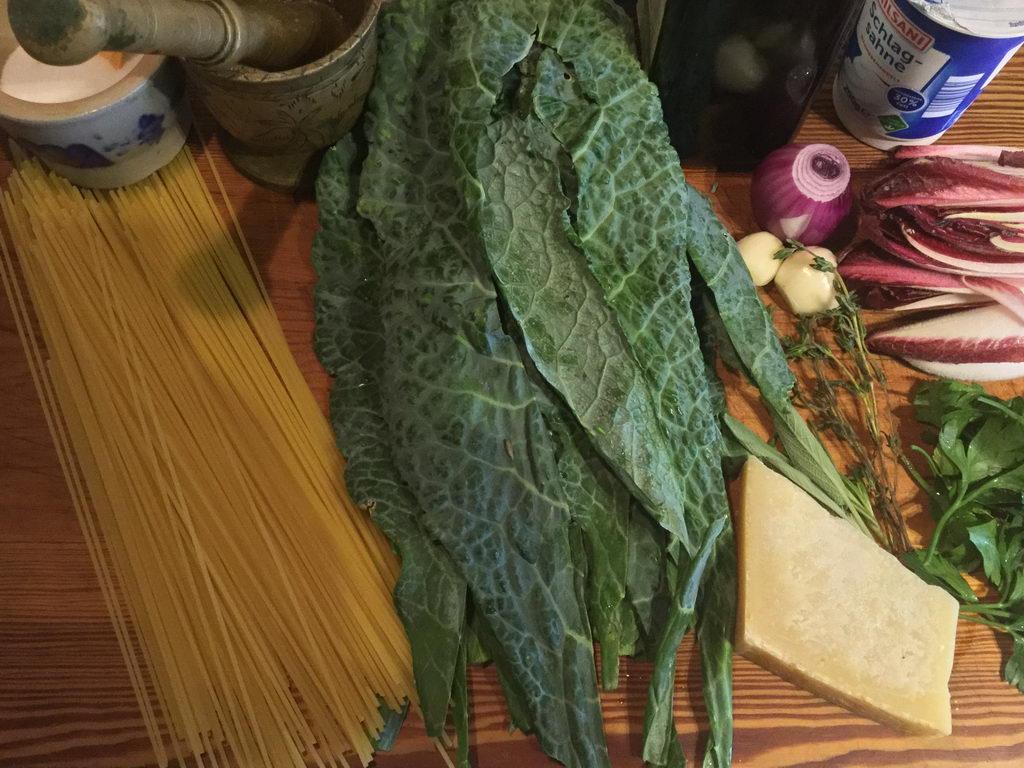Vorbereitungen Bavette all aglio e olio mit Palmkohl