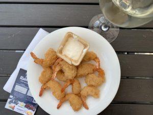 kleiner Snack mit Krustengambas Aioli Weinschorle Alloholfrei