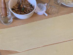 Ravioli mit Wurstfüllung an Basilikumbutter - Nudelteigstreifen