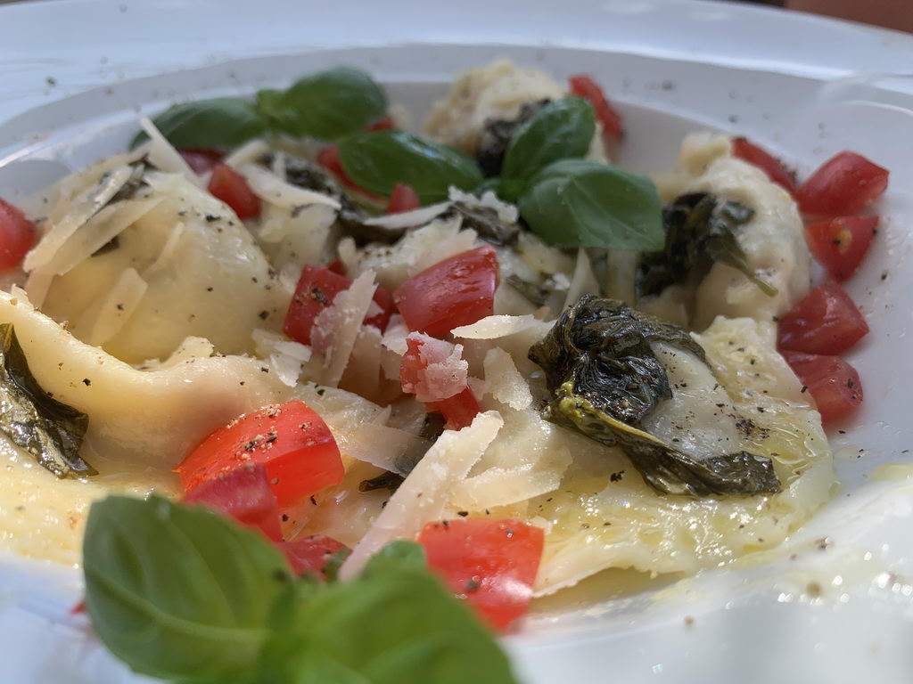 Ravioli mit Wurstfüllung an Basilikumbutter - mit Basilikumblatt
