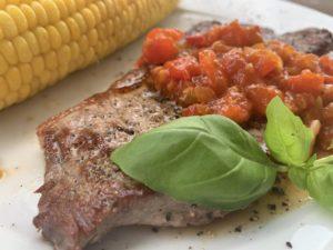 Rumpsteak mit Tomatensalsa und Basilikumblatt