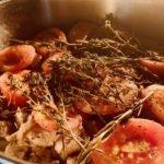 Ziege mit Beilagen - mit Tomaten im Ofen