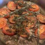 Ziege mit Beilagen - mit Tomaten und Kräutern