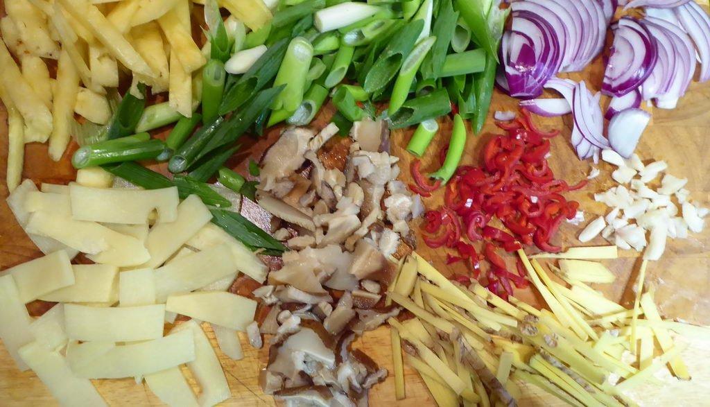 Curry-Geschnetzeltes süß-sauer-scharf - alles kleinschneiden