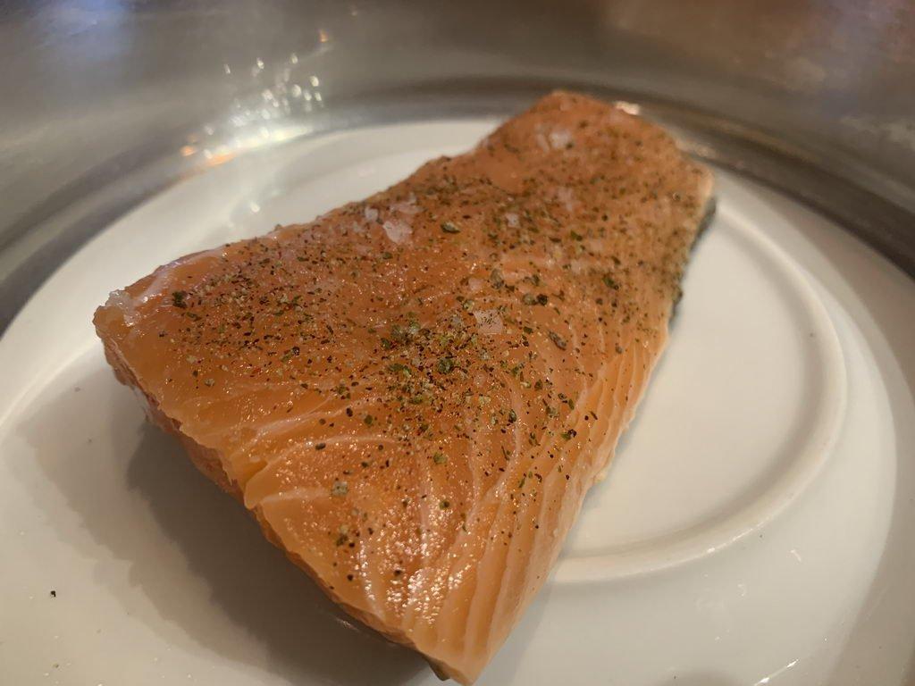 Lauwarmer Lachs auf geschmolzenen Tomaten - dämpfen