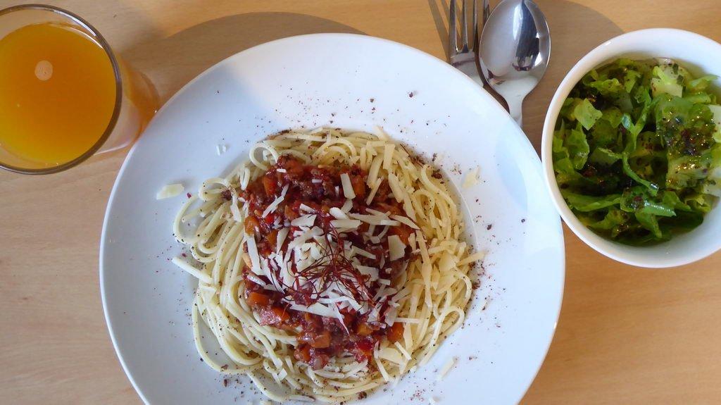 Spaghetti Bolognese mit Salat