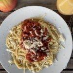 Pasta mit Tomatensauce und Ziegenkäse