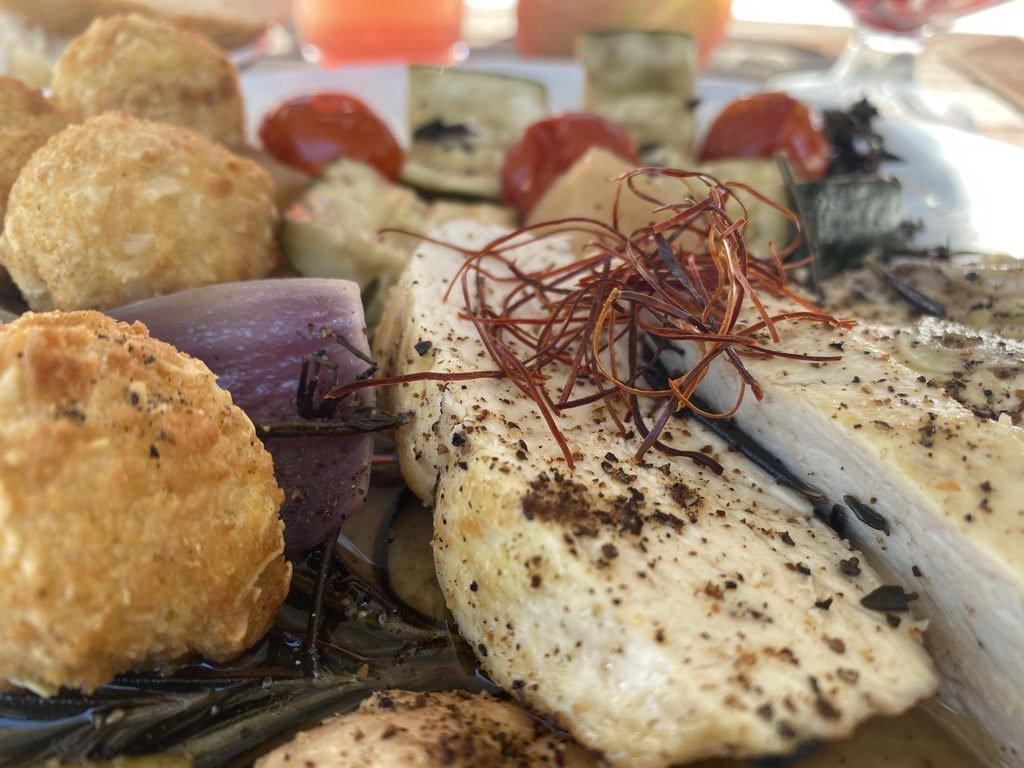 Poularde - Calvados - Kräuter und Beilagen - serviert