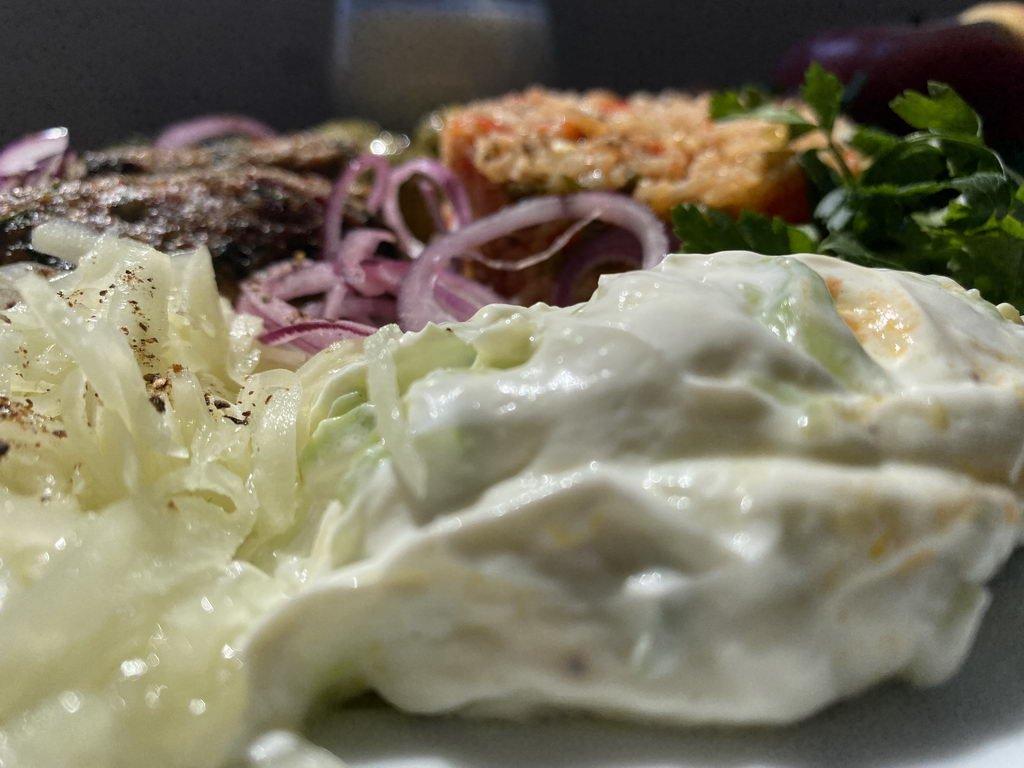 Ćevapčići mit Tomatenreis - Krautsalat und Zaziki